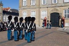 Βασιλικές φρουρές στο παλάτι Amalienborg στην Κοπεγχάγη, Δανία Στοκ φωτογραφία με δικαίωμα ελεύθερης χρήσης