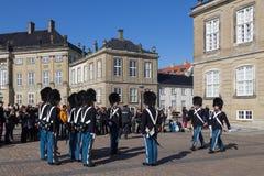 Βασιλικές φρουρές στο παλάτι Amalienborg στην Κοπεγχάγη, Δανία Στοκ Εικόνες