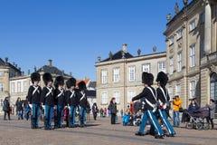 Βασιλικές φρουρές στο παλάτι Amalienborg στην Κοπεγχάγη, Δανία Στοκ εικόνες με δικαίωμα ελεύθερης χρήσης