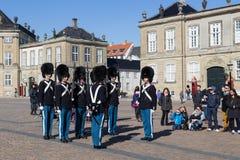 Βασιλικές φρουρές στο παλάτι Amalienborg στην Κοπεγχάγη, Δανία Στοκ Φωτογραφίες