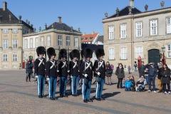 Βασιλικές φρουρές στο παλάτι Amalienborg στην Κοπεγχάγη, Δανία Στοκ εικόνα με δικαίωμα ελεύθερης χρήσης