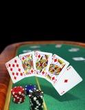 Βασιλική εκροή στον πράσινο πίνακα πόκερ Στοκ Φωτογραφίες