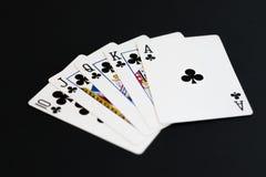 Βασιλική εκροή των λεσχών στο παιχνίδι καρτών πόκερ σε ένα μαύρο υπόβαθρο Στοκ Εικόνες