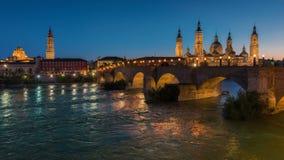 Βασιλική η κυρία μας Pillar σε Σαραγόσα και η γέφυρα στην Ισπανία τη νύχτα απόθεμα βίντεο