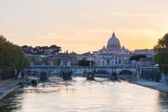 Βασιλική και Ponte Sant'Angelo, μιά φορά η γέφυρα ή οι γέφυρες Aelius του ST Peter Aelian (γέφυρα του Αδριανού) Στοκ Εικόνες