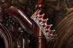 Βασιλική κορώνα με τους κόκκινους πολύτιμους λίθους Ρουμπίνι, γρανάτης Σύμβολο της δύναμης και της αρχής Στοκ φωτογραφία με δικαίωμα ελεύθερης χρήσης