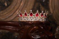 Βασιλική κορώνα με τους κόκκινους πολύτιμους λίθους Ρουμπίνι, γρανάτης Σύμβολο της δύναμης και της αρχής Στοκ Φωτογραφία