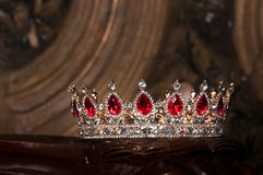 Βασιλική κορώνα με τους κόκκινους πολύτιμους λίθους Ρουμπίνι, γρανάτης Σύμβολο της δύναμης και της αρχής Στοκ Φωτογραφίες