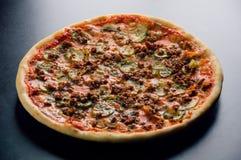Βασιλική πίτσα με εννέα είδη κρέατος στοκ εικόνα