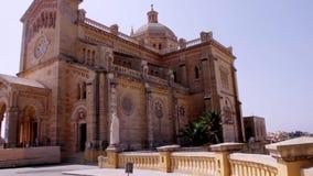Βασιλική της εθνικής λάρνακας της ευλογημένης Virgin του TA ` Pinu και του τοπίου Maltiese απόθεμα βίντεο