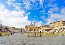 Βασιλική του ST Peter ` s σε μια ηλιόλουστη ημέρα σε Βατικανό Στοκ Εικόνες