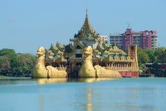Βασιλική φορτηγίδα Karawait στη λίμνη Kandawgyi μια ηλιόλουστη ημέρα Yangon, Βιρμανία Στοκ Εικόνες