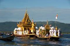Βασιλική φορτηγίδα Karaweik στο φεστιβάλ παγοδών Phaung Daw Oo, το Μιανμάρ Στοκ Εικόνα