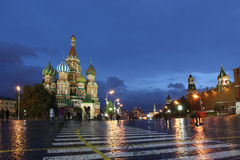 Βασιλικού του ST καθεδρικών ναών μεσολάβησης και τοίχος του Κρεμλίνου κόκκινο σε squar Στοκ Εικόνες