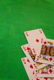 Βασιλικός επίπεδος συνδυασμός καρτών πόκερ στην πράσινη τύχη τύχης παιχνιδιών χαρτοπαικτικών λεσχών υποβάθρου Στοκ εικόνα με δικαίωμα ελεύθερης χρήσης