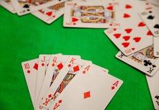 Βασιλικός επίπεδος συνδυασμός καρτών πόκερ στην πράσινη τύχη τύχης παιχνιδιών χαρτοπαικτικών λεσχών υποβάθρου Στοκ φωτογραφίες με δικαίωμα ελεύθερης χρήσης