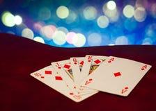 Βασιλικός επίπεδος συνδυασμός καρτών πόκερ στη θολωμένη τύχη τύχης παιχνιδιών χαρτοπαικτικών λεσχών υποβάθρου Στοκ Εικόνες