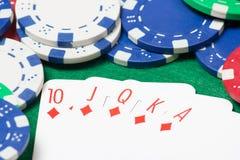 Βασιλικός επίπεδος συνδυασμός στο πόκερ με τα τσιπ στον πράσινο πίνακα Στοκ εικόνες με δικαίωμα ελεύθερης χρήσης