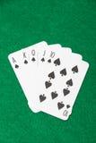 Βασιλικός επίπεδος συνδυασμός στο πόκερ στον πράσινο πίνακα Στοκ εικόνες με δικαίωμα ελεύθερης χρήσης