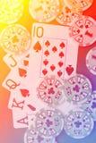 Βασιλικό επίπεδο χέρι καρτών παιχνιδιού στο ζωηρόχρωμο υπόβαθρο με τα τσιπ Στοκ εικόνες με δικαίωμα ελεύθερης χρήσης