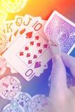 Βασιλικό επίπεδο χέρι καρτών παιχνιδιού στο ζωηρόχρωμο υπόβαθρο με τα τσιπ Στοκ φωτογραφίες με δικαίωμα ελεύθερης χρήσης