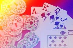 Βασιλικό επίπεδο χέρι καρτών παιχνιδιού στο ζωηρόχρωμο υπόβαθρο με τα τσιπ Στοκ Εικόνες