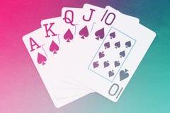 Βασιλικό επίπεδο χέρι καρτών παιχνιδιού στο ζωηρόχρωμο υπόβαθρο Στοκ Φωτογραφίες