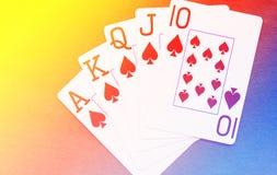 Βασιλικό επίπεδο χέρι καρτών παιχνιδιού στο ζωηρόχρωμο υπόβαθρο Στοκ εικόνες με δικαίωμα ελεύθερης χρήσης