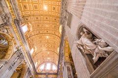 ΒΑΤΙΚΑΝΟ - 8 ΙΟΥΝΊΟΥ 2014: Βασιλική του ST Peter, Squar του ST Peter Στοκ Εικόνες