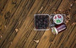 Βατόμουρα με τη μαρμελάδα του Blackberry στα μπουκάλια Στοκ φωτογραφία με δικαίωμα ελεύθερης χρήσης
