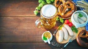 Βαυαρικά λουκάνικα με pretzels, τη γλυκές μουστάρδα και την κούπα μπύρας στο ρ Στοκ φωτογραφίες με δικαίωμα ελεύθερης χρήσης