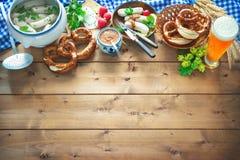 Βαυαρικά λουκάνικα με pretzels, τη γλυκές μουστάρδα και την μπύρα στο rusti Στοκ Εικόνα