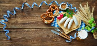 Βαυαρικά λουκάνικα με pretzels, τη γλυκές μουστάρδα και την μπύρα στο rusti Στοκ φωτογραφία με δικαίωμα ελεύθερης χρήσης