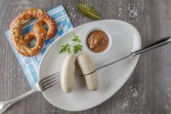 Βαυαρικά λουκάνικα μοσχαρίσιων κρεάτων με pretzel Στοκ φωτογραφία με δικαίωμα ελεύθερης χρήσης