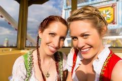 βαυαρικές παραδοσιακές γυναίκες φεστιβάλ dirndl Στοκ φωτογραφία με δικαίωμα ελεύθερης χρήσης