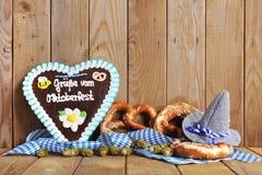 Βαυαρική καρδιά μελοψωμάτων με μαλακά pretzels Στοκ φωτογραφία με δικαίωμα ελεύθερης χρήσης