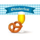 Βαυαρική κούπα μπύρας με pretzel που απομονώνεται στο άσπρο υπόβαθρο Στοκ εικόνα με δικαίωμα ελεύθερης χρήσης