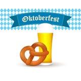 Βαυαρική κούπα μπύρας με pretzel που απομονώνεται στο άσπρο υπόβαθρο Στοκ Εικόνες