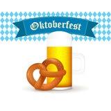 Βαυαρική κούπα μπύρας με pretzel που απομονώνεται στο άσπρο υπόβαθρο Στοκ Φωτογραφίες