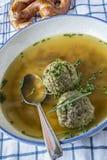 Βαυαρική σούπα μπουλεττών συκωτιού και ασημένιο κουτάλι στοκ φωτογραφίες