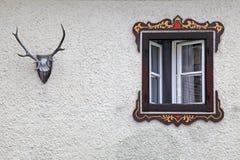 Βαυαρικό αγροτικό παράθυρο με τις χαρακτηριστικές χρωματισμένες διακοσμήσεις πλαισίων Στοκ Εικόνες
