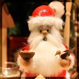 Βαυαρικό αναμνηστικό Χριστουγέννων Άγιος Βασίλης ταΐζει το πουλί Στοκ φωτογραφία με δικαίωμα ελεύθερης χρήσης