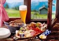 Βαυαρικό μεσημεριανό γεύμα ταβερνών με το ψωμί, το κρέας και το τυρί Στοκ Φωτογραφίες