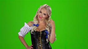 Βαυαρικό προκλητικό παιχνίδι γυναικών με την μπούκλα τρίχας της πράσινη οθόνη κίνηση αργή απόθεμα βίντεο