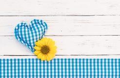 Βαυαρικό υπόβαθρο με την αγροτική μπλε καρδιά και λουλούδι για Oktoberfest Στοκ Εικόνες