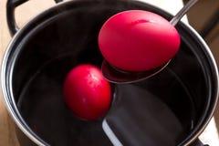 βαφή των αυγών Στοκ εικόνες με δικαίωμα ελεύθερης χρήσης