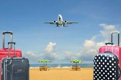 Βαλίτσα και αεροπλάνο στο τροπικό υπόβαθρο νησιών Στοκ φωτογραφία με δικαίωμα ελεύθερης χρήσης