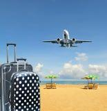 Βαλίτσα και αεροπλάνο στο τροπικό υπόβαθρο νησιών Στοκ φωτογραφίες με δικαίωμα ελεύθερης χρήσης