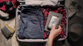 Βαλίτσα συσκευασίας πριν από το ταξίδι περιπέτειας απόθεμα βίντεο