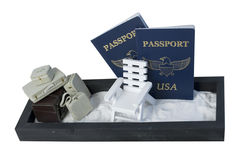 Βαλίτσες και έδρα παραλιών στην άμμο με τα διαβατήρια Στοκ Φωτογραφίες
